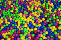 在kids& x27的许多五颜六色的塑料球;在操场的ballpit 免版税库存照片