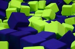 在kids&#x27的许多五颜六色的软性块;在操场的ballpit 免版税库存图片