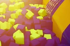 在kids& x27的许多五颜六色的软性块;在操场的ballpit 库存照片