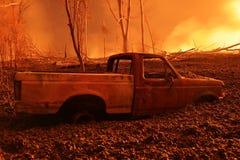 在Kilauea的火山爆发的被破坏的汽车在夏威夷的 免版税库存照片