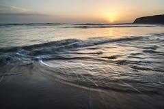 在Kimmeridge海湾侏罗纪海岸Engl的Beautfiul充满活力的日落 免版税库存图片
