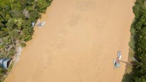 在kinabatangan河靠码头的小船鸟瞰图,马来西亚 库存照片