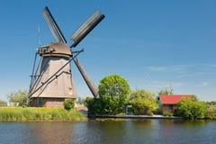 在Kinderdijk的风车在一个晴朗的春日 免版税库存照片