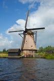 在Kinderdijk的风车蓝天 免版税库存图片