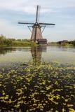 在Kinderdijk荷兰的一台传统荷兰语风车 免版税库存照片