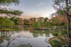 在Kinkaku籍从事园艺秋天季节的金黄亭子,日本 库存照片