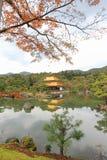 在Kinkakuji寺庙或金黄亭子,北京都,日本的秋天 图库摄影