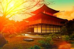 在kinkakuji寺庙的日落 免版税库存图片