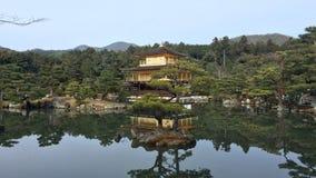 在kinkakuji寺庙的金黄pavillion 免版税库存图片