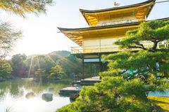 在Kinkakuji寺庙(金黄亭子)的美好的建筑学 免版税库存图片