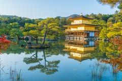在Kinkakuji寺庙(金黄亭子)的美好的建筑学 库存图片