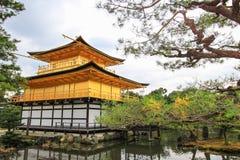 在Kinkakuji寺庙(金黄亭子),北京都,日本的秋天 免版税图库摄影