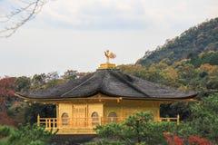 在Kinkakuji寺庙(金黄亭子),北京都,日本的秋天 免版税库存照片