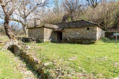 在Kipoi村庄,北希腊附近的一个老棚子 免版税库存图片