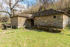 在Kipoi村庄,北希腊附近的一个老棚子 库存图片