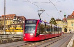 在Kirchenfeldbrucke的西门子Combino电车在伯尔尼 免版税库存图片
