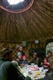 在kirghiz s牧羊人yurt里面的房子 免版税库存照片