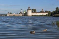 在Kirillo-Belozersky修道院附近的Siverskoe湖初夏早晨在沃洛格达州地区,俄罗斯 库存图片