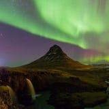 在Kirkjufell山的北极光在冰岛 免版税图库摄影