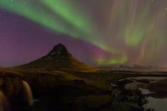 在Kirkjufell山的美好的极光在冰岛 库存图片