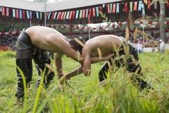 在Kirkpinar搏斗Festival/EDIRNE,土耳其的未认出的油摔跤手 图库摄影
