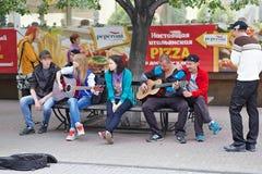 在Kirovka走的街道上的少年音乐家在车里雅宾斯克市,俄罗斯 免版税库存照片