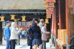 在Kitano Tenman顾寺庙京都的visiter 图库摄影