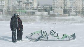 在kiting冬天的雪的人乘驾 snowkiting在冬天领域的冬天在雪风暴以后在傲德萨乌克兰 股票视频