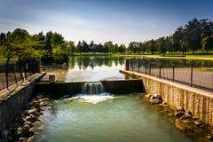 在Kiwanis湖的溢洪道在约克,宾夕法尼亚 免版税库存照片