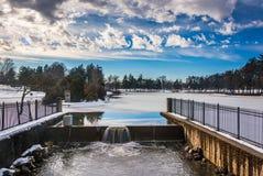在Kiwanis湖的溢洪道,被看见在冬天期间在约克, Pennsy 图库摄影