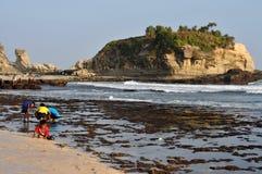 在Klayar海滩, Pacitan的假期 免版税库存图片
