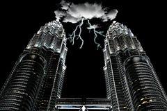 在KLCC双塔吉隆坡的动乱的预兆 库存图片