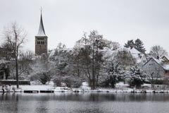 在Klostersee湖,辛德尔芬根,德国附近的圣马丁的教会 库存照片