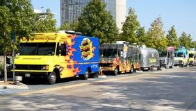 在Klyde沃伦公园的停放的食物卡车 免版税库存照片