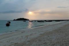 在KO LIPE的日出海滩国家公园11月2014年, Tarutao 库存图片