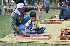 在Kochrab聚会所,艾哈迈达巴德的男孩松捻大麻制成的绳索 免版税库存图片