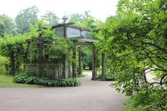 在Kochubei宫殿附近的壮观的石树荫处在Tsarskoe Selo 图库摄影