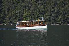 在Koenigssee湖的游船接近贝希特斯加登, 免版税库存图片