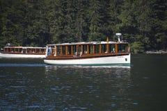 在Koenigssee湖的游船接近贝希特斯加登 免版税库存照片
