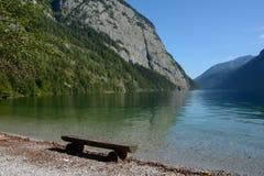 在Koenigssee湖的长木凳 库存图片