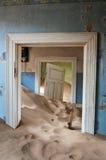在Kolmanskop鬼城的大厦  图库摄影