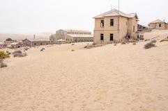 在Kolmanskop鬼城的大厦  免版税库存照片