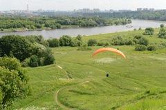 在Kolomenskoye的滑翔伞 免版税图库摄影