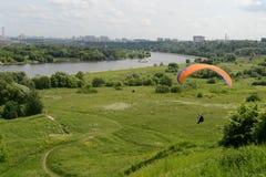 在Kolomenskoye的滑翔伞 图库摄影