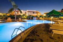 在Kolymbia打开游泳池在Mikri勃利旅馆手段 免版税库存照片