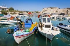在Kolymbia港口停泊的渔船 免版税图库摄影