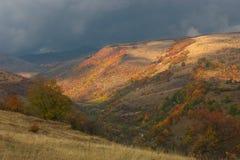 在Komshtica村庄附近的小山 库存图片
