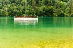 在Konigsee湖的游船在贝希特斯加登国家公园 免版税图库摄影