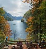 在Konigssee湖放松在秋天 看法Koenigssee (King's Lake) 免版税库存图片