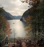 在Konigssee湖放松 Koenigssee看法  免版税图库摄影